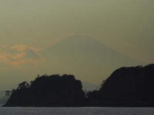 材木座海岸からの江ノ島と富士山-1