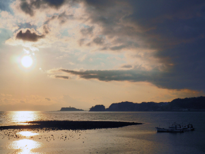 材木座海岸からの江ノ島と富士山-2