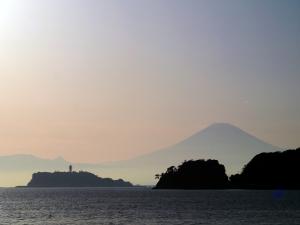 材木座海岸からの江ノ島と富士山-4